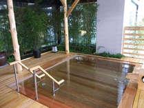 男性大浴場「夫楽湯」香りに癒される檜の露天風呂。