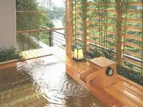 柔らかな湯の香りに抱かれながら、鬼怒川の流れを見下ろす露天風呂。