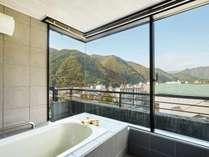 ロイヤルスイートルームのお風呂からは景色を贅沢に楽しめます