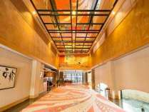 [エントランス]天井を仰げば、足元の絨毯が万華鏡かのように華やかに彩ります