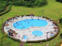 屋外/夏季限定ガーデンプール一例。変形20m×10m・水深1.3mと直径6m・水深35cmのプール。