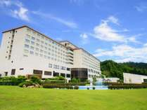 独立型チャペルと屋外プールを完備したホテル&リゾーツ 京都 宮津の外観。