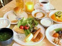 *【朝食一例】日によりバイキング・定食の場合がございます。朝日が差し込むレストランでどうぞ