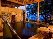 [写真]夕景の露天風呂は自家源泉を100%掛け流しの美肌の湯