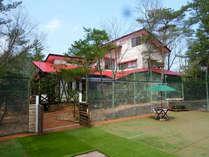 赤い屋根が目印のドッグランのある家です。