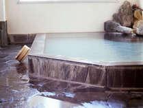 男女別の浴室、かけ流しの温泉で夜通しご入浴可能です。:大きい浴室