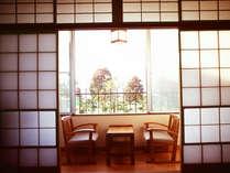 諏訪湖側のお部屋は目の前が諏訪湖です。天気の良い日には諏訪湖の向こうに北アルプスが見える時も。