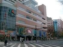 『ホテル米久へのアクセス(4)』左側に見えてくるザザシティでは、映画・食事・ショッピングも楽しめます。