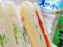 朝食の美味サンドイッチはミネラルウォーター付き♪