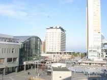 ホテルからの景観!左が高松駅、正面が高松サンポート合同庁舎、右がシンボルタワー、手前にあるのが交番