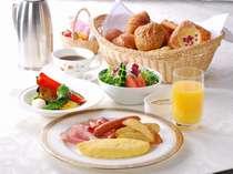 旬野菜を使ったサラダやお好みに合わせて調理する卵料理など、たっぷりの朝食をルームサービスで。