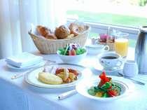 窓外に広がる豊かな自然を眺めながら、朝食をお楽しみください。
