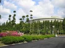 隣接する国立京都国際会館から臨むホテル外観。新緑の頃になると、鮮やかな緑と青空に包まれます。