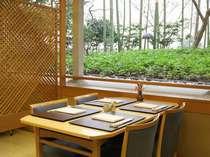中庭の竹林を眺めながら、旬の味覚を使った会席料理がお楽しみいただける、日本料理宝ヶ池。