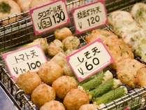 活気あふれる錦。おいしい香りに誘われて、ついつい「これくださ~い」♪食べ歩きは、錦市場の魅力の一つ。