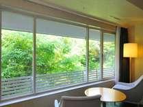 【客室からの眺め一例】スーペリアフロアツインルーム。洛北の豊かな自然を間近に感じられます。