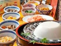 【朝食ブッフェ一例】「永井の純とうふ」のおぼろ豆腐。大豆本来の旨みを残す生絞り製法でつくった豆腐
