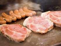【朝食ブッフェ一例】 厚切りハムステーキと京都ぽーくソーセージ