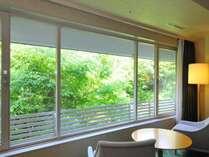 【お部屋からの眺め】窓外に広がる新緑