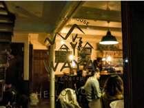 【waya bar】1階に併設。気軽に国際交流できます。