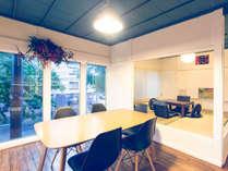 【2階宿泊共有リビングルーム】畳の小上がりと大きめのテーブルをご用意しております♪