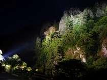露天風呂やお部屋からライトUPした立久恵峡が眺められる。灯りが消えれば満点の星空と夜の闇が幻想的。