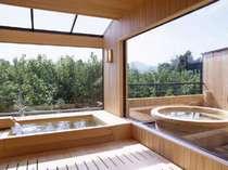 *雄大な山々の風景を一望できる「古代檜展望風呂」