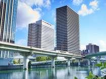 堂島川のほとりに建つホテル。キタ・ミナミエリアへのアクセス容易で、観光やショッピングの拠点に最適。