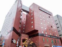 <ホテル外観>赤いレンガ調の外観が目印です