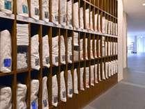 1階にある枕コーナー。各種素材、高さの計16種類をご用意。お客様に最適な一品をお選びください。