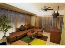 座り心地、寝心地のよいソファベッド、ぶら下げ式テレビ完備のリビングルーム
