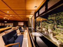 ■ロビーの足湯(夜のイメージ)松の庭園を眺めながら一服。