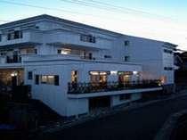 白を基調にした3階建てで、全室にベランダがあり、ゆっくりと海を眺められる