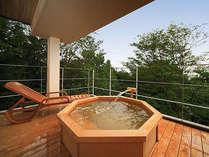 客室露天風呂一例(檜)。関東平野を見渡す眺望と天然温泉をお楽しみください。