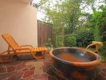 客室露天風呂一例(信楽焼)。平安の昔から継承される伝統技術、信楽焼で造られた湯船は癒しの効果抜群♪
