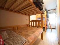 男女共用ドミトリー ベッド計4台のうちのベッド1台