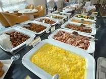 朝食★和食のお惣菜やパンなど、和洋バイキングをご用意いたします。