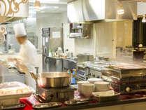 ライブキッチン 目の前で調理しご提供致します。