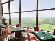 ずっと遠くのリゾート地へ来たかのうような最上階レストランからの眺め