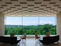 ロビーの窓の外に広がる雄大な景色がお客様をお迎えします