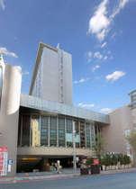 ホテル正面から 地上12階建てのホテル 客室は4階から11階まで 1・2・12階はレストランなどの店舗。