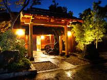 比較的市街地に位置する為緑多い環境ではありませんが、どのお部屋もお寛ぎ頂けるよう露天風呂付です。