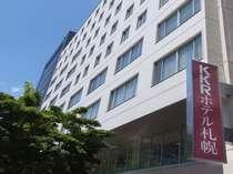ホテル外観です。えんじ色の看板が、ホテルの目印です。