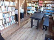 多くの本とステレオセットに囲まれた空間。
