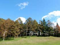 10月紅葉はじまる頃グリーンから見た当館