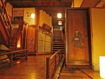 *入り口をくぐると目の前に広がる明治17年創業の宿構えをお楽しみください。