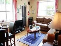 アメリカ家具に囲まれたリビングルームでくつろぎのスペースです。