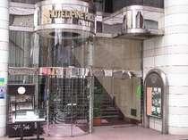 入り口からエスカレーターを上がった2階がフロントになります。