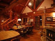 ログハウスの木のぬくもりに包まれて・・・お食事や談話をお楽しみください。