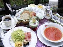 朝食の一例。お天気がいい日はログハウスのテラスでも召し上がれます♪